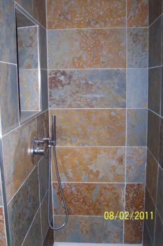 Box doccia con piastrelle in ceramica