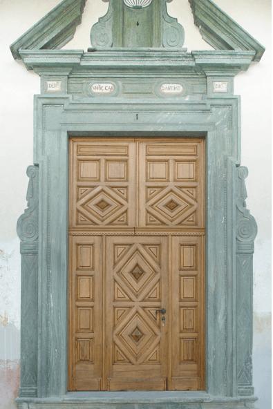 una porta in legno con finiture