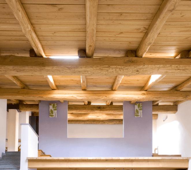 un soffitto con travi in legno