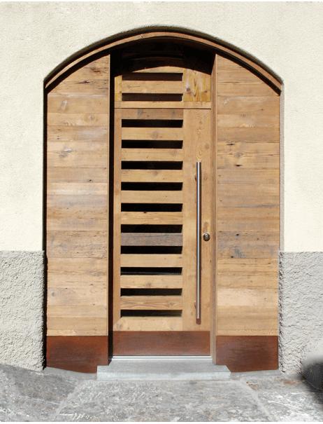 una porta in legno marrone a righe nere