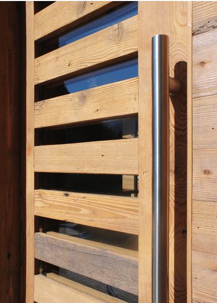 una porta di un cancelletto in legno