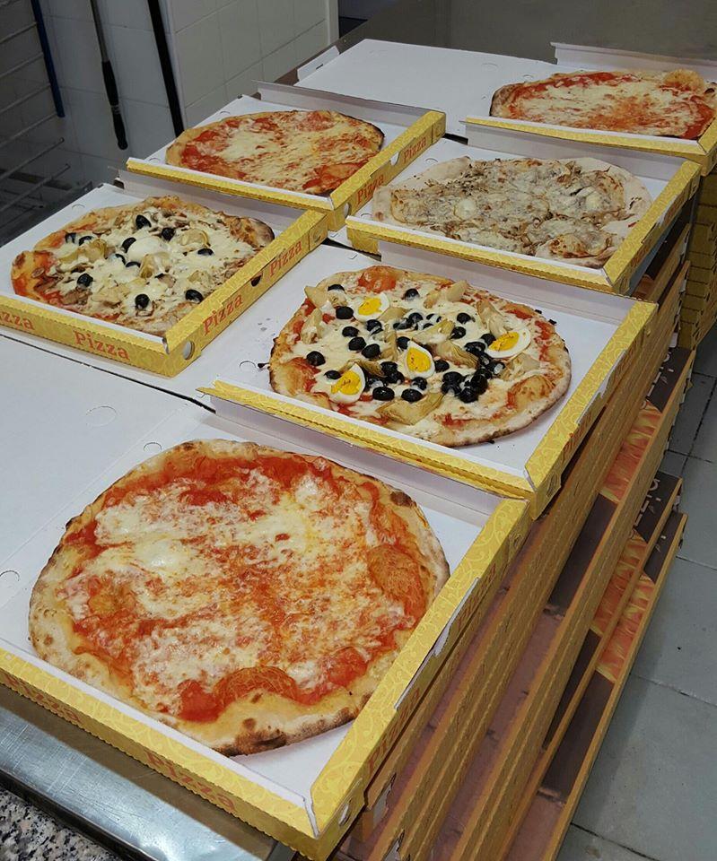 Pizze pronte per essere messe