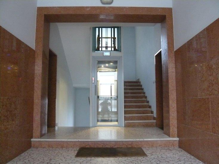 ingresso di un condominio con ascensore