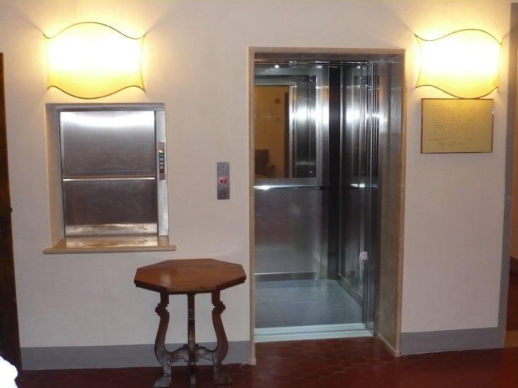 vista frontale di un ascensore