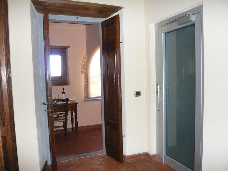 porta di un ascensore vicino a una porta in legno