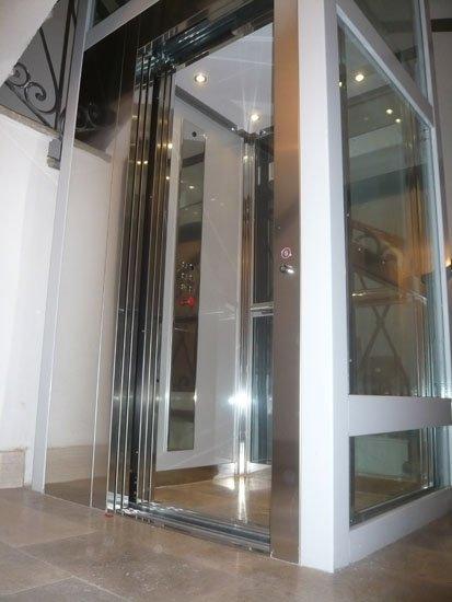 ascensore con porte in vetro aperto