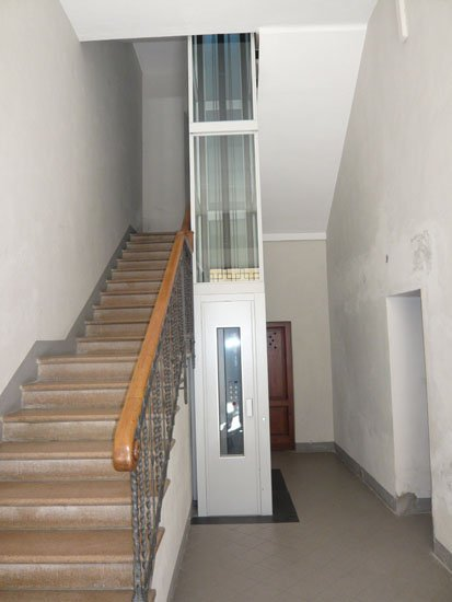 ascensore attaccato alle scale