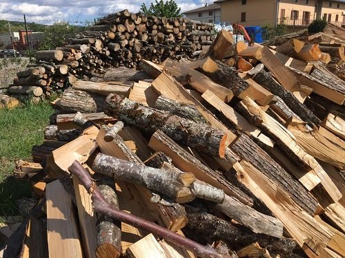 un mucchio di legna da ardere