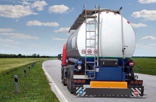 retro camion con cisterna rimorchio su strada