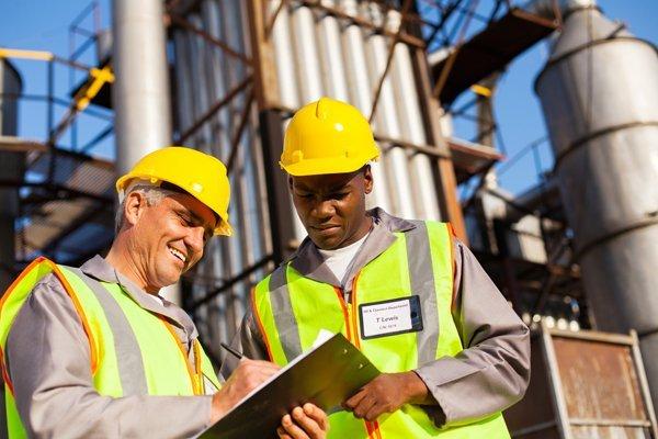 due ingegneri consultano dei documenti in un cantiere