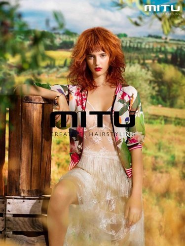 modella con capelli lunghi rossi per MITU