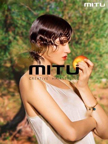 modella mangia una mela in posa per MITU