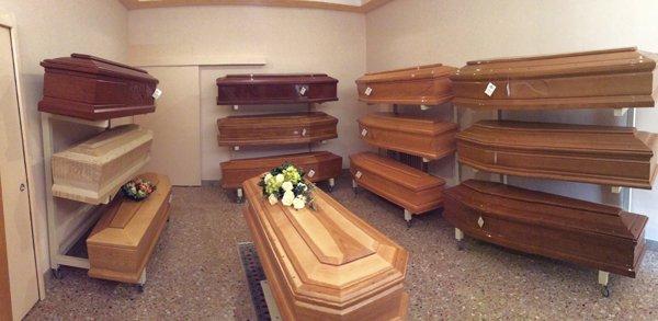 assortimenti vari di bare funebri