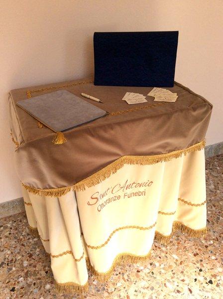 tavolino e biglietti da visita Onoranze Funebri Sant`Antonio