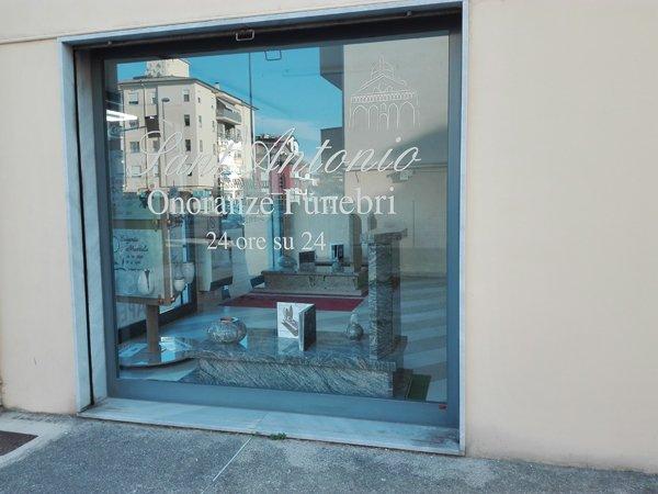vetrina del negozio con paesaggio riflesso sul vetro