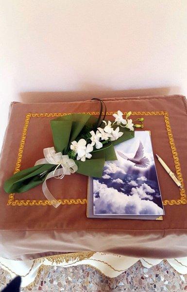 cuscino con sopra una rosa e un libretto