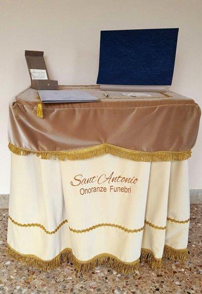vista frontale tavolino con biglietti da visita di Onoranze funebri Sant`Antonio