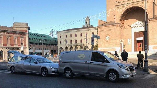 carri funebri parcheggiati in centro citta