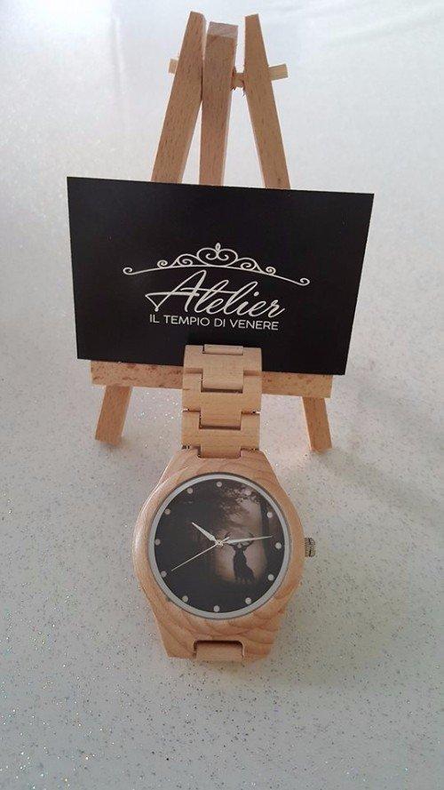 orologio con quadrante e cinturino in legno in esposizione