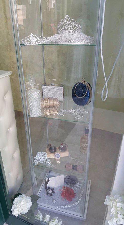 vetrina con vari accessori eleganti