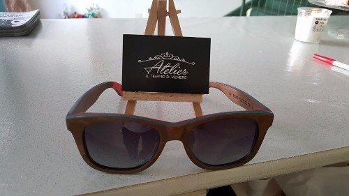 occhiali da sole nero in esposizione