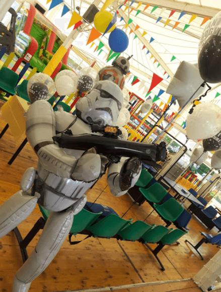 stanza allestita a festa con statua di star wars