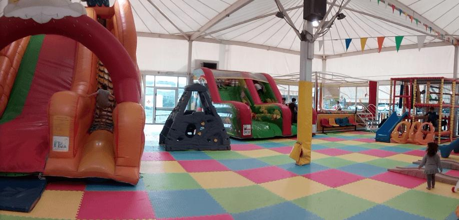 interno tenda con pavimento colorato e giochi gonfiabili