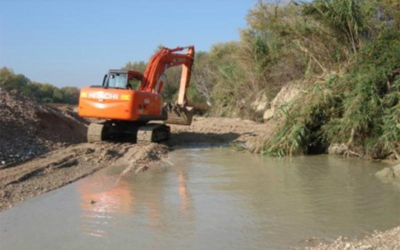 Costruzione argini fiume