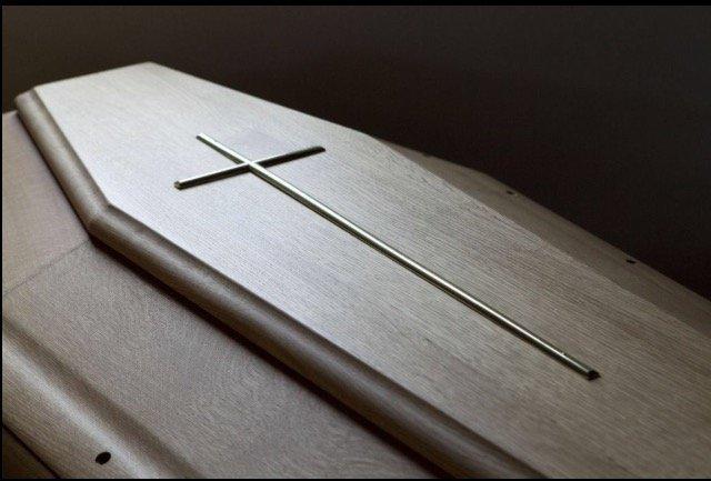 bara in legno di mogano con croce di ferro