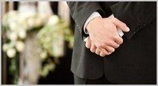 uomo in abito formale durante funerale