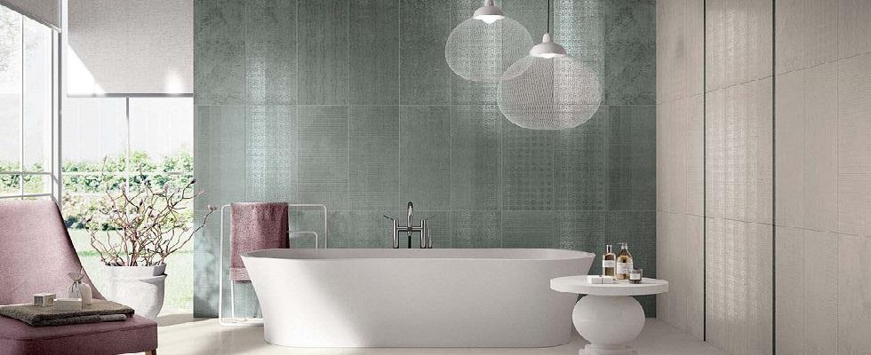 vasca da bagno con arredamento curato