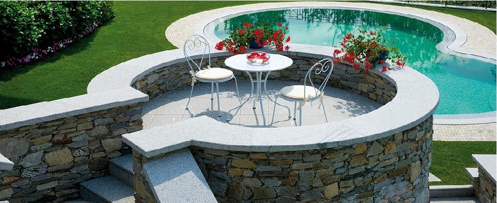 piscina con tavolino e sedie