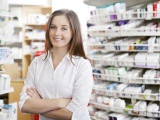 farmacista dietro al bancone