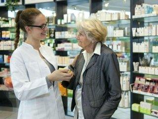farmacista con cliente anziana