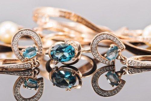 gioielli in oro e pietre preziose
