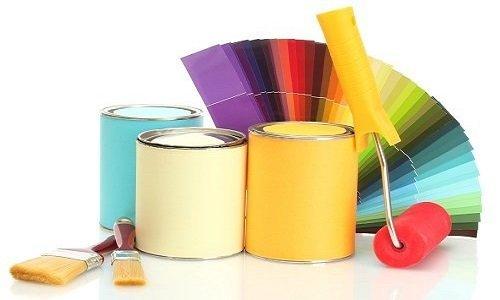 Campionario di colori,barattolo di vernice,pennelli e un rullo