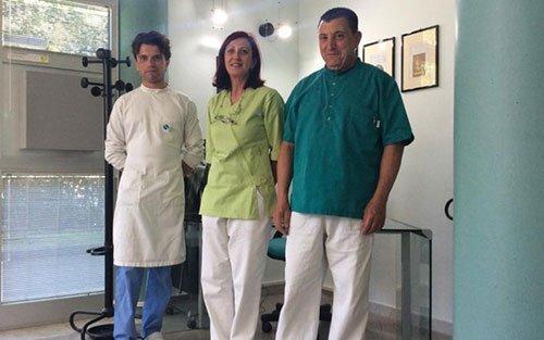 3 dentisti in posa per una foto