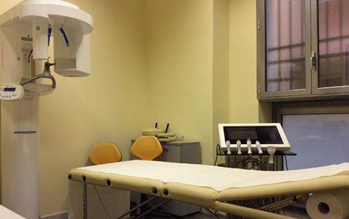 un lettino e un macchinario per panoramica dentale