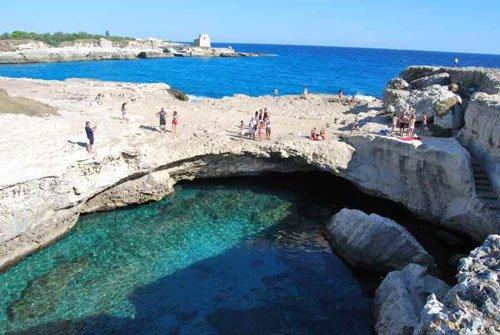 Ponte di rocce naturale sul mare