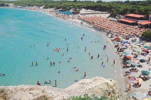 Panoramica della spiaggia con numerosi bagnanti