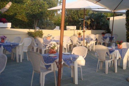 Vista della terrazza con tavoli ed ombrelloni
