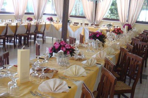 Sala da pranzo con tavolo apparecchiato