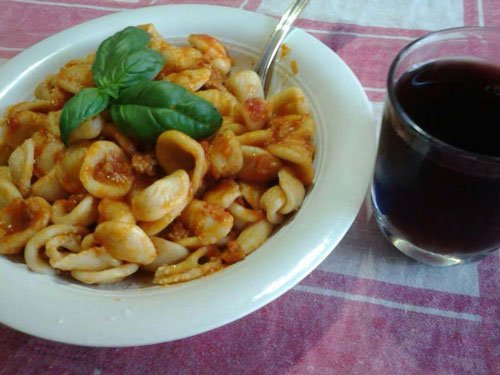 Orecchiette al pomodoro e basilico e bichciere di vino