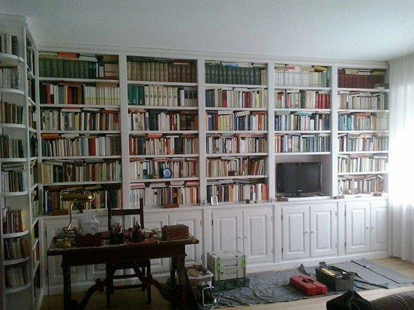 una libreria con i mobili di color bianco