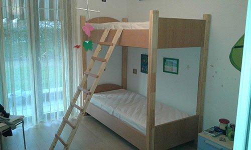 un letto a cassetto in legno