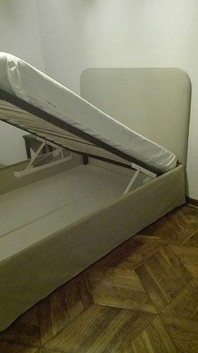 un letto con contenitore