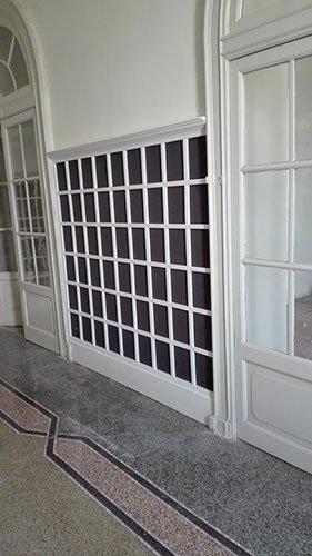 due porte ad arco di color bianco con pannelli di vetro