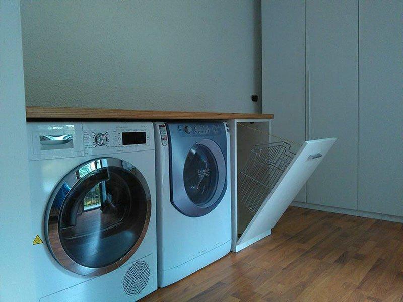 un mobile in legno con dentro una lavatrice e un'asciugatrice