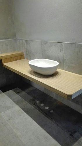 una mensola in legno con sopra un lavabo