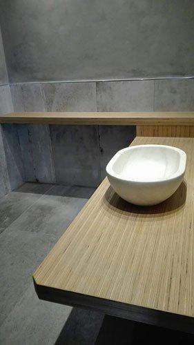 una mensola angolare in legno con sopra un lavabo